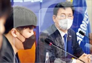 송영길 더불어민주당 대표(오른쪽)가 17일 국회에서 열린 20대 청년 초청간담회에서 참석자들의 얘기를 듣고 있다.  김범준 기자