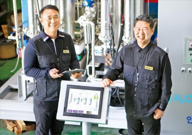 김진관 에이치쓰리코리아 대표(오른쪽)가 충남 태안 테스트베드에서 무촉매 그린수소 발생 시스템을 설명하고 있다.  강태우 기자