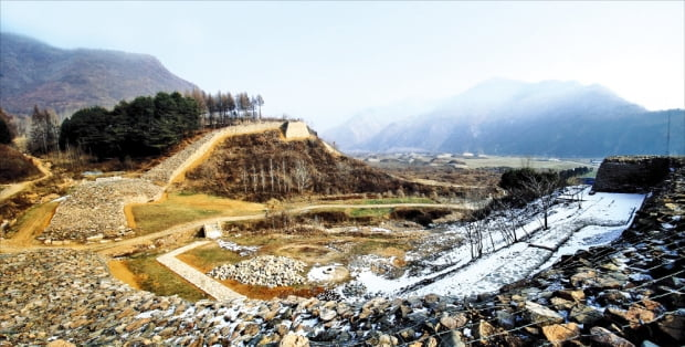 평양 이전 고구려 수도였던 국내성 뒤편에 있는 환도산성의 정문 발굴현장. 둘레 7㎞, 정문의 성벽은 두께가 10m가 넘고, 옹성구조와 만두형 형태를 혼합한 효율적인 방어체제다. 때때로 임시 수도 역할을 담당한 난공불락의 성. 668년 이후 복국군의 편에서 전투를 벌임.