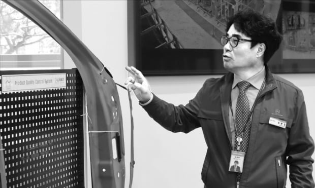 임병훈 텔스타홈멜 대표가 스마트팩토리 공정을 적용해 만든 자동차 차체를 설명하고 있다.  /텔스타홈멜 제공