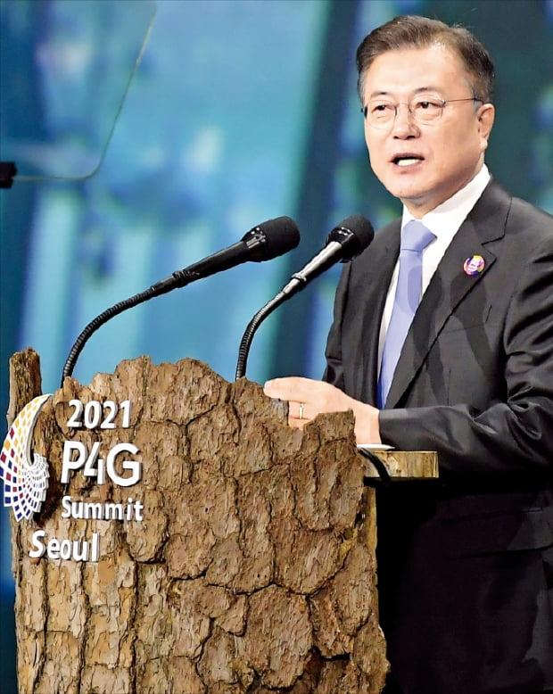 """문재인 대통령이 30일 서울 동대문디자인플라자(DDP)에서 열린 'P4G 서울 정상회의' 개회식에서 연설하고 있다. 문 대통령은 """"한국의 기후·녹색 공적개발원조(ODA)를 2025년까지 대폭 늘려 녹색 회복이 필요한 개발도상국을 돕겠다""""고 밝혔다.  허문찬  기자"""