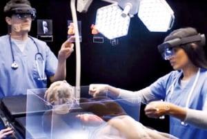 ③ 마이크로소프트 '홀로렌즈 2' 수술 중인 의사 앞에 환자 데이터를 띄우는 등 현실 위에 홀로그램을 구현하는 AR 기기.  MS 제공