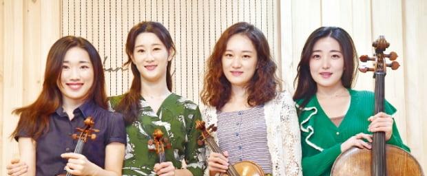 오는 3일 금호아트홀에서 클라리네티스트 김한과 협연하는 에스메콰르텟의 배원희(왼쪽부터), 하유나, 김지원, 허예은.     신경훈 기자
