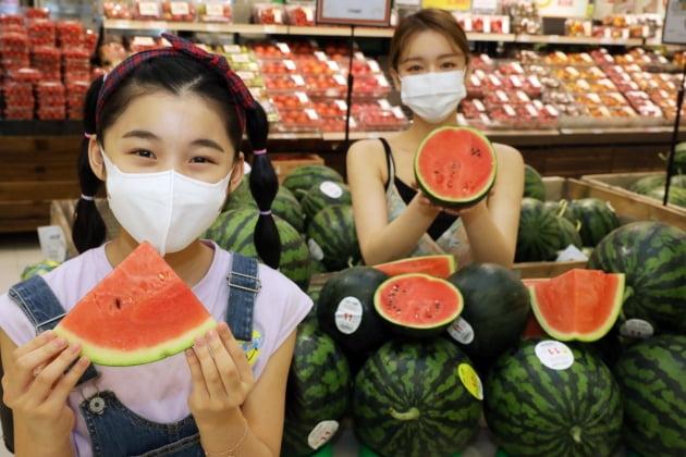 (사진) 이마트 성수점 과일 매장에서 모델들이 봄 수박 행사를 소개하고 있다. /이마트 제공