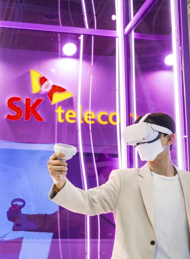 (사진) SK텔레콤 홍보 모델이 4월 21일 열린 국내 최대 ICT 전시회 '월드 IT쇼 2021(WIS 2021)'에서 VR 기기를 체험하고 있다. /SK텔레콤 제공