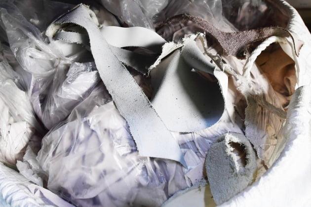 가죽 가공 과정에서 나오는 가죽 폐기물들.