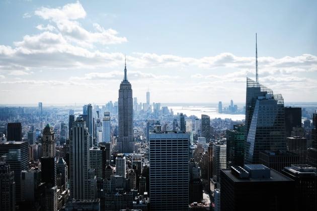 (사진) 미국 뉴욕 맨해튼의 빌딩숲 한 가운데 뉴욕의 상징인 엠파이어 스테이트 빌딩이 우뚝 서있다. /AFP 연합뉴스