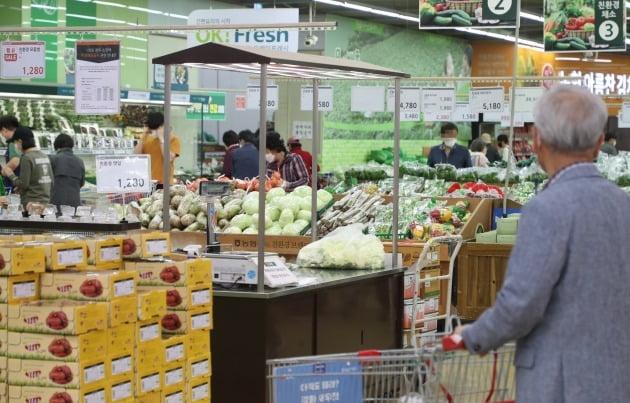서울 소재 한 마트에서 시민들이 장을 보는 모습./사진=연합뉴스
