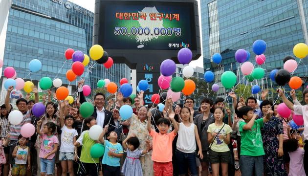 세계 인구 절벽 논쟁…한국 경제 '일본식 복합 불황'에 빠지나