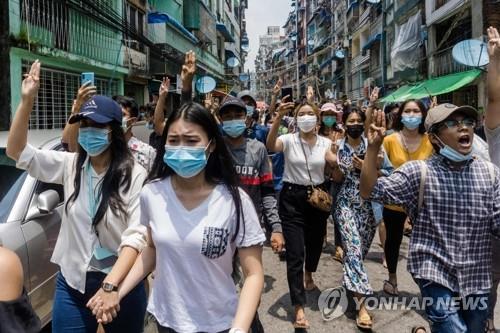 """군부 쿠데타 석달째…미얀마 곳곳서 """"민주주의 되찾자"""" 시위"""