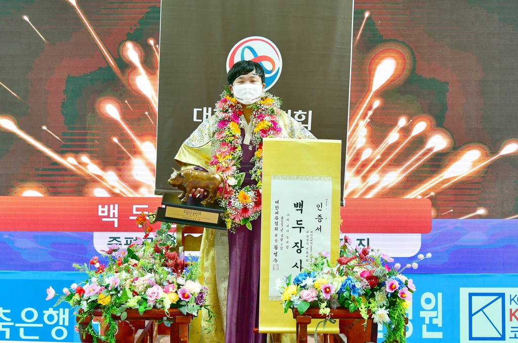 김진, 무릎부상 딛고 해남장사씨름서 백두장사 등극