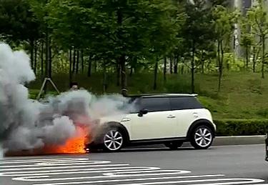 인천서 달리던 BMW 차량서 화재…엔진룸 불에 타