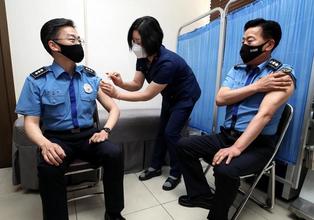 이국종 교수, 자가격리 해제된 해경청장과 함께 백신 접종