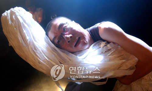 '내가 가면 그게 길이지' 유진규의 마임인생 50년 공연