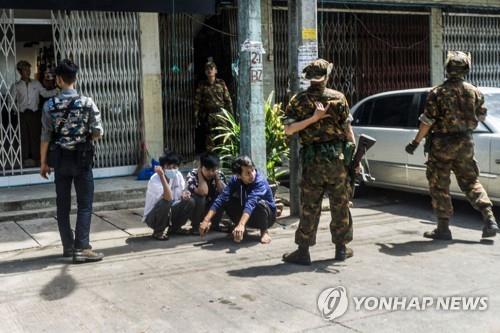 미얀마 군부, 시위대 잡으려 생후 20일 신생아까지 인질로