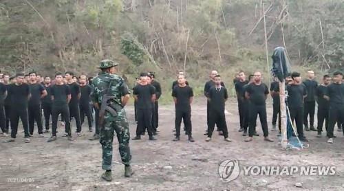 """""""무장 시민들, 미얀마군 16명 사살""""…시민방위군 위력 과시?"""