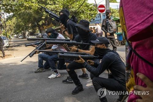 """미얀마 군부 """"무장투쟁 좌시 안 해""""…시민방위군 소탕작전"""