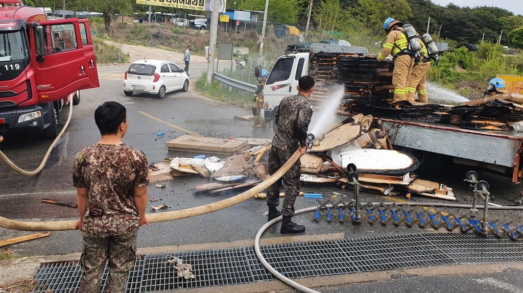 불붙은 트럭 조기에 진압해 대형 화재 막은 장병들