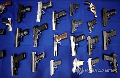美현역군인 3명이 불법총기 100점 밀매…총기난사사건에 사용돼