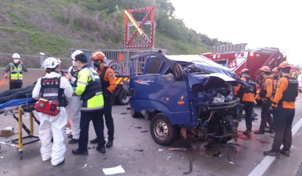 당진영덕고속도로서 1t트럭 작업차량 등 충돌…1명 사망
