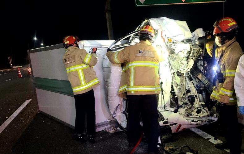 이천 중부고속도로서 화물차 간 추돌…1명 사망