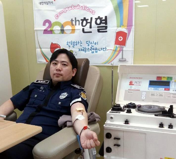 """[#나눔동행] """"헌혈은 가장 쉽고 아름다운 봉사""""…헌혈왕 안상현 교도관"""