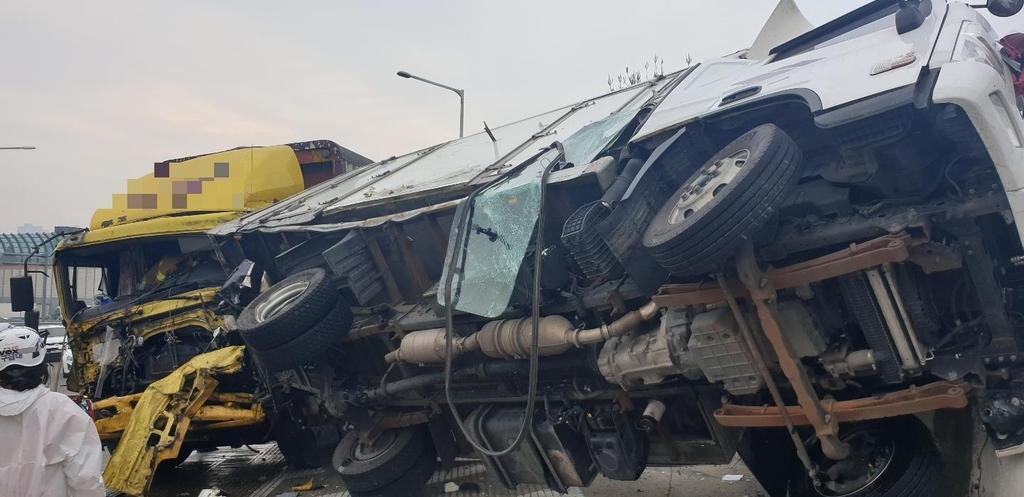 경부고속도로 수원신갈IC 부근서 화물차 추돌…2명 부상