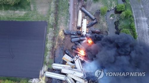 탈선한 미 열차, 47개 화물칸 장난감처럼 포개지며 화재