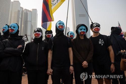 위구르 지지시위서 경찰과 충돌한 홍콩인 징역 28개월