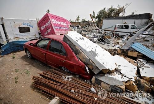 """印 사이클론 바지선 침몰 해역서 시신 37구 발견…""""38명 실종""""(종합)"""