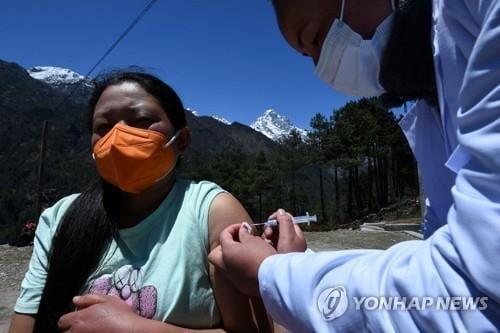 에베레스트에도 코로나…인도 이웃 네팔서 감염 폭증