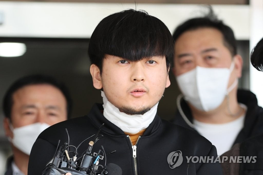 """""""죄송하다""""며 무릎 꿇은 김태현, 이번엔 반성문 제출"""