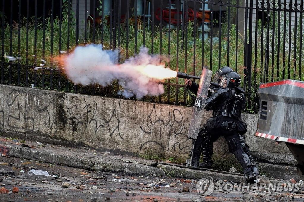 """축구장 덮친 콜롬비아 시위 최루가스…선수들 """"생애 최악"""""""