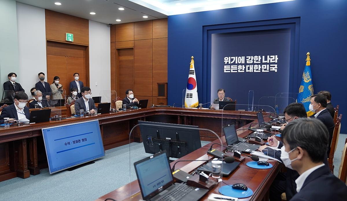 문 대통령이 17일 청와대에서 수석보좌관회의를 주재했다. (청와대 제공)