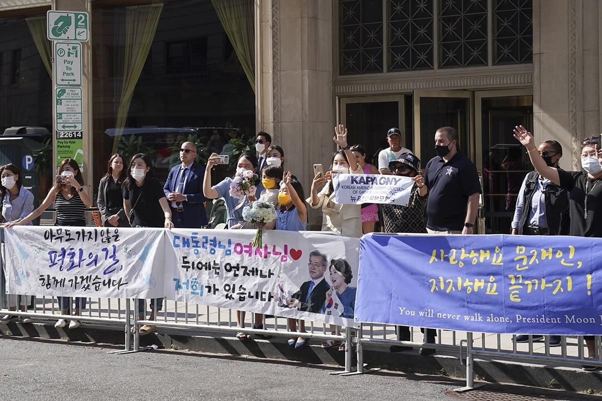 20일 미국 현지 교민들이 문재인 대통령의 미국 방문을 환영하고 있다. (청와대 제공)