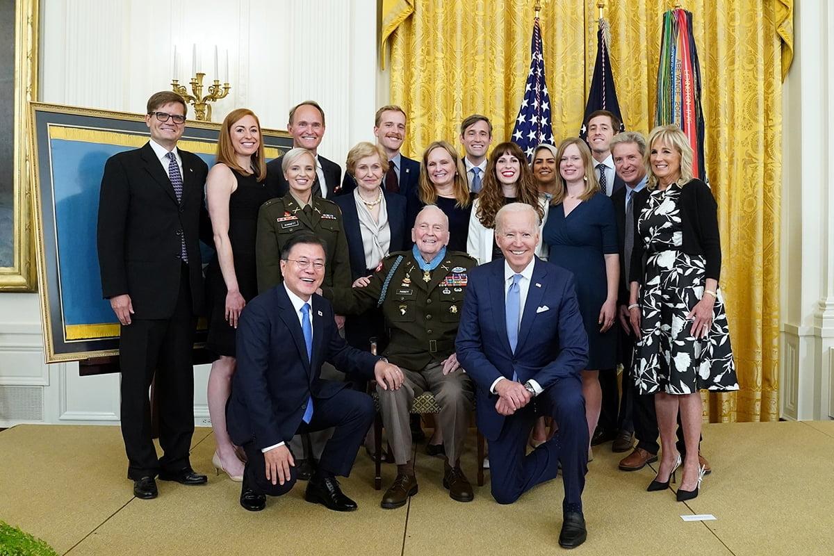 문 대통령과 바이든 대통령이 현지시간 21일 미국 백악관 이스트룸에서 한국전 참전용사 랄프 퍼켓 예비역 대령에 명예훈장을 수여하고 함께 기념사진을 촬영했다. (청와대 제공)