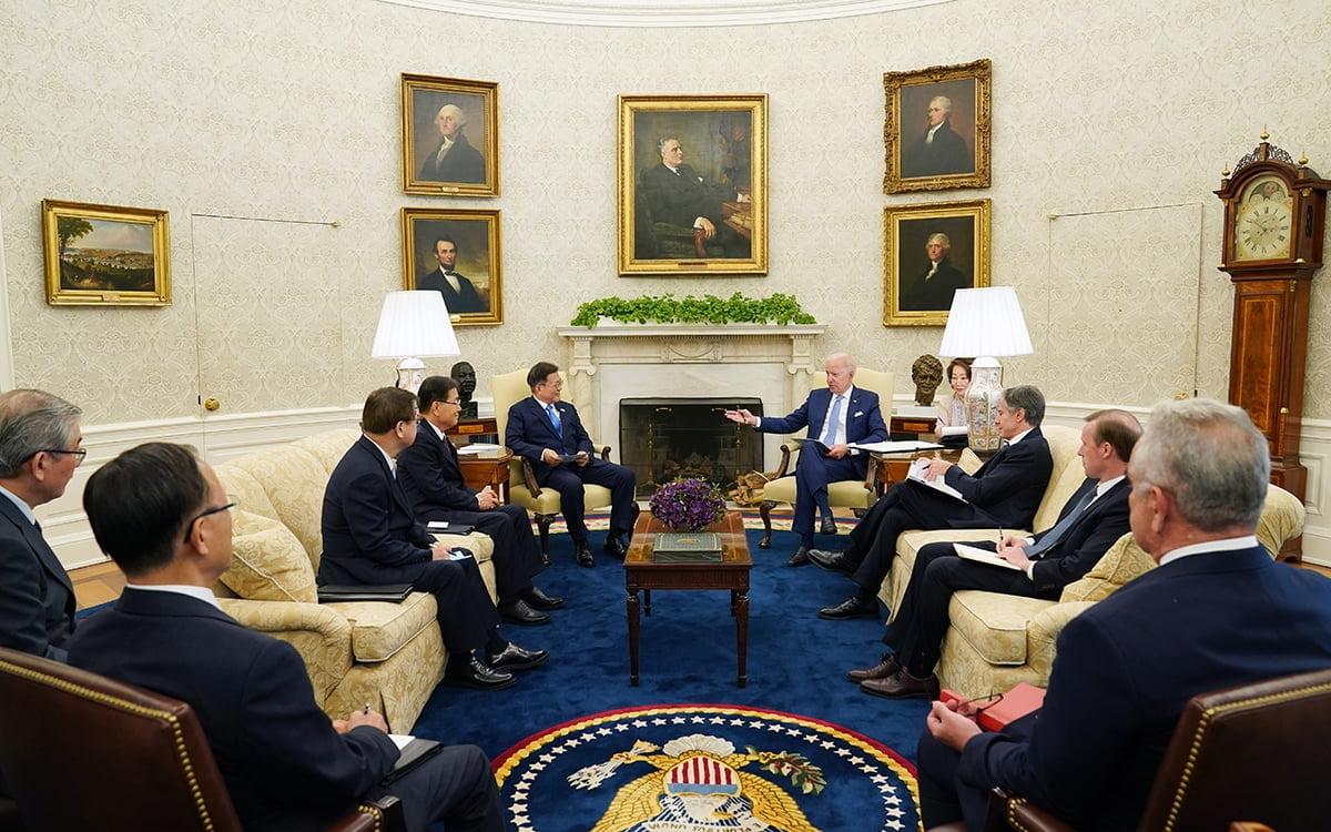 문 대통령과 바이든 대통령이 현지시간 21일 오후 미국 백악관에서 소인수 정상회담을 했다. (청와대 제공)