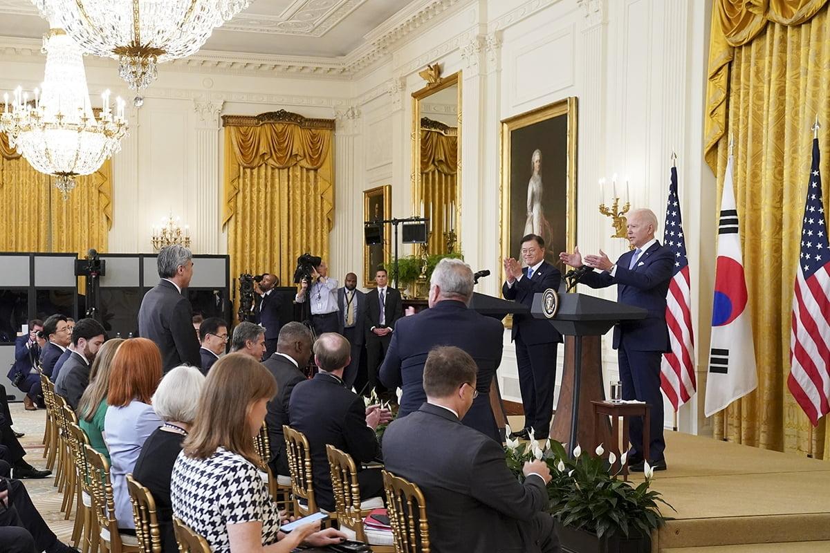 문 대통령과 바이든 대통령이 현지시간 21일 미국 백악관에서 공동기자회견을 진행하고 있다. (청와대 제공)