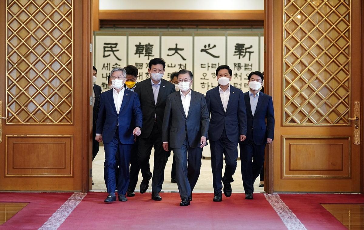 문재인 대통령이 26일 여야 5당 대표를 청와대로 초청해 방미 성과를 공유했다. (청와대 제공)