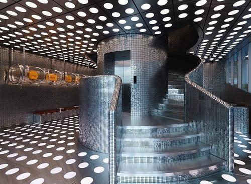 [사진] 독특한 투명 튜브 형태의 디스플레이와 건물을 관통하는 메탈릭 타일의 스파이럴 계단