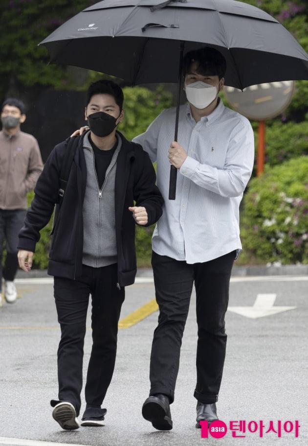[TEN 포토] 라포엠 박기훈-정민성 '운치있는 봄비를 맞으며...'