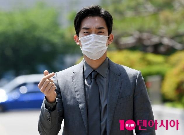 [TEN 포토] 이상이 '오월의 남자 하트 뿌려요'