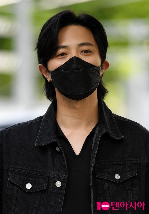[TEN 포토] 진구 '마스크로 가릴수 없는 잘생김'