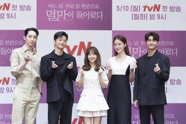 배우 이수혁(왼쪽부터), 서인국, 박보영, 신도현, 강태오가 6일 오후 온라인 생중계된 tvN 새 월화드라마 '어느 날 우리 집 현관으로 멸망이 들어왔다'(이하 '멸망') 제작발표회에 참석했다. /사진제공=tvN