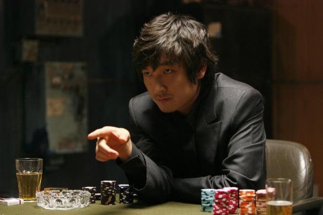 """[노규민의 씨네락] """"묻고 더블로 가""""…도박판 촬영장이 만들어낸 명작 '타짜'"""