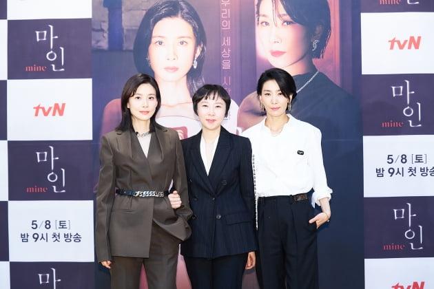 배우 이보영(왼쪽부터), 이나정 감독, 배우 김서형. /사진제공=tvN
