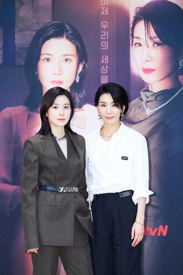 이보영(왼쪽)과 김서형이 '마인' 제작발표회에 참석해 포즈를 취하고 있다. /사진제공=tvN