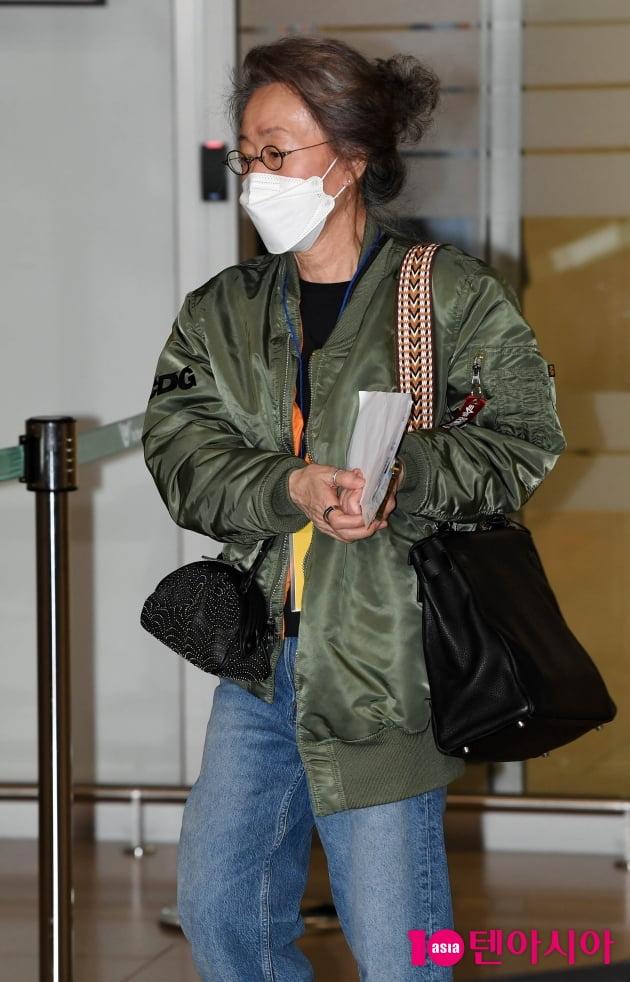 [TEN 포토] 윤여정 '청바지 입고 편안하게 귀국'