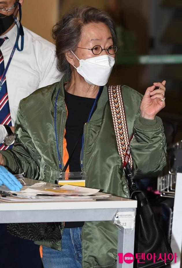 [TEN 포토] 윤여정 '55년차 배우의 남다른 공항패션'