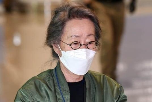 윤여정, 금의환향…항공점퍼 입고 귀국 '지친 기색'